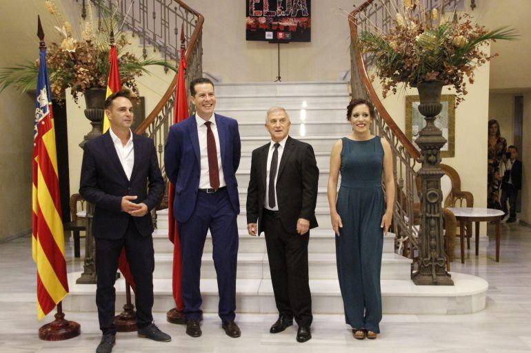 El presidente del Casino Eldense, junto al alcalde de Elda, el pregonero de las Fiestas Mayores y la concejala de Fiestas
