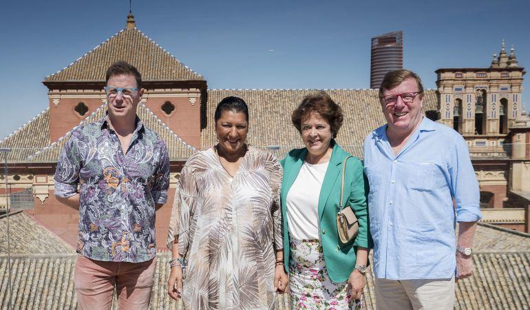 De izquierda a derecha y con la Torre Sevilla y las cubiertas de la parroquia de san jacinto como fondo, Jorge Cadaval, Remedios Amaya, Carmen Castreño y César Cadaval