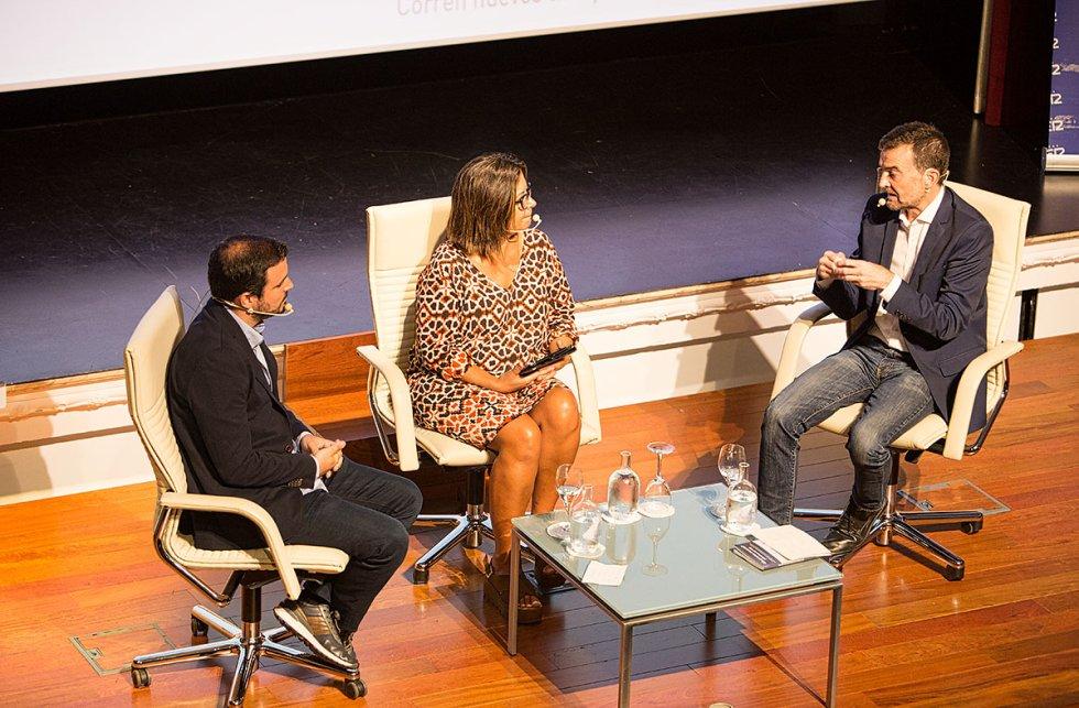 Alberto Garzón y Angels Barceló, escuchando las explicaciones de Antonio Maíllo