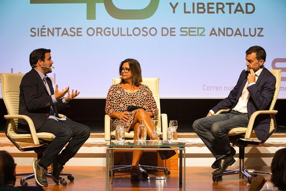 Alberto Garzón toma la palabra ante Angels Barceló y Antonio Maíllo