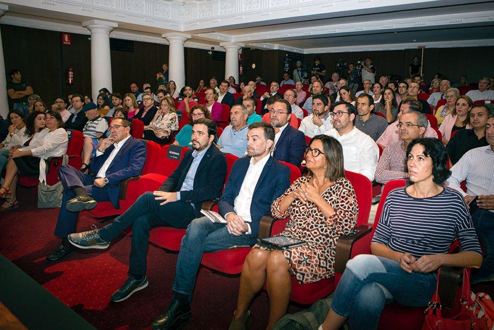 Público y participantes del debate escuchando la presentación de Antonio Yélamo, ddirector de la CAdena Ser Andalucía