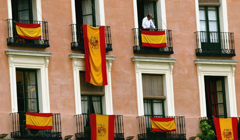Resultado de imagen de balcones banderas españa