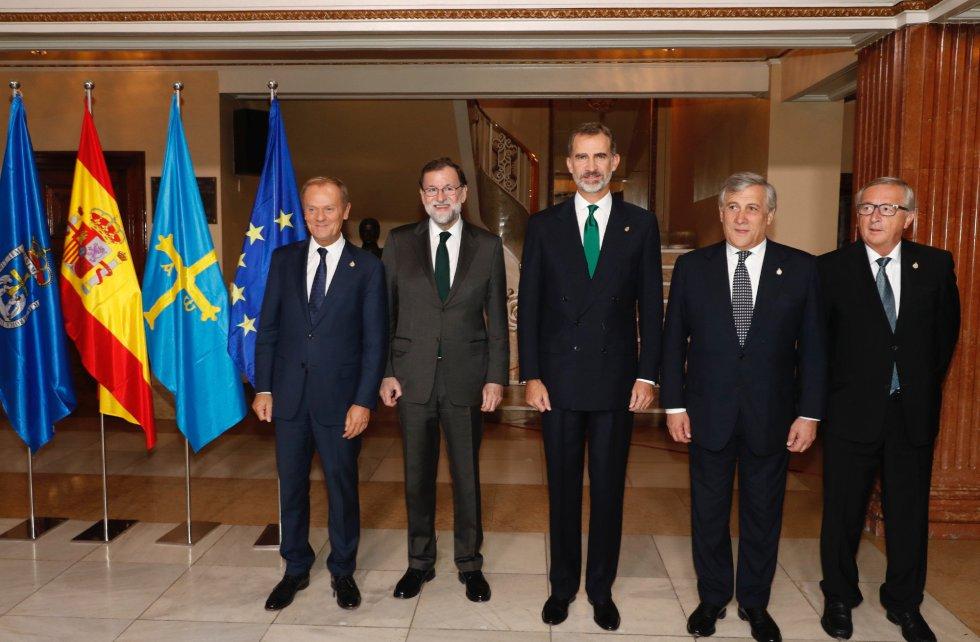 El rey Felipe VI posa junto al presidente del Gobierno español, Mariano Rajoy (2i), el presidente del Consejo Europeo, Donald Tusk (i), el presidente del Parlamento Europeo, Antonio Tajani (2d), y el presidente de la Comisión Europea (CE), Jean-Claude Juncker (d), al inicio de la ceremonia
