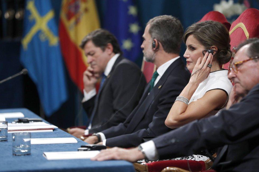 Los reyes Felipe y Letizia junto al jefe del Ejecutivo asturiano, Javier Fernández (i), y el presidente de la Fundación Príncipe, Matías Rodríguez Inciarte (d), durante la ceremonia