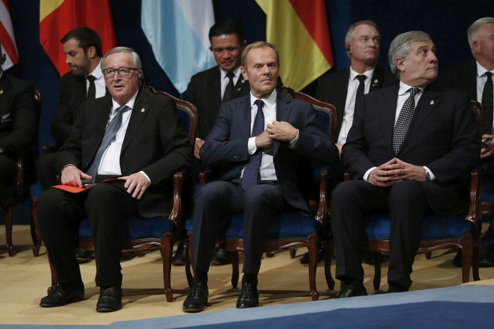El presidente de la Comisión Europea (CE), Jean-Claude Juncker (i), el presidente del Consejo Europeo, Donald Tusk (c), y el presidente del Parlamento Europeo, Antonio Tajani (d), al inicio de la ceremonia