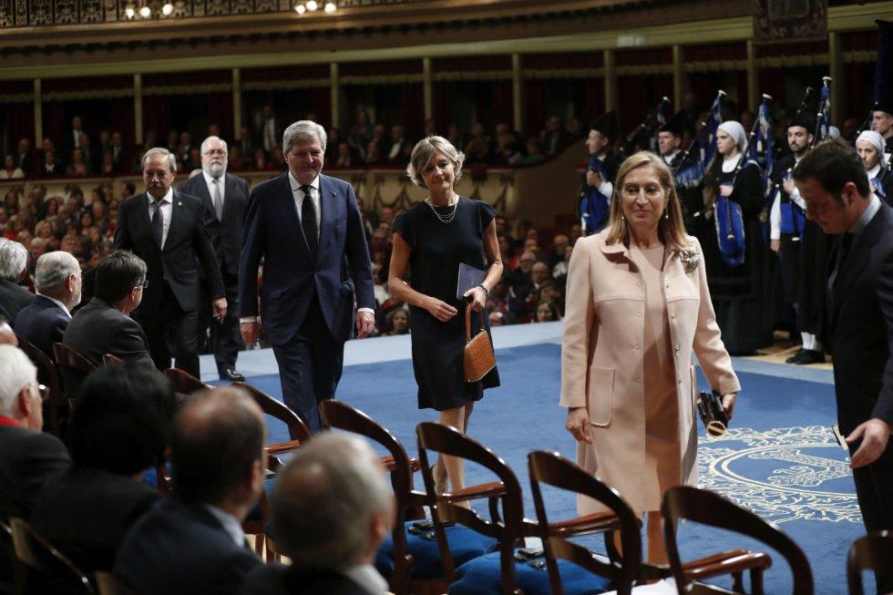 La presidenta del Congreso, Ana Pastor (d) seguida por los ministros de Agricultura y Pesca, Alimentación y Medio Ambiente, Isabel García Tejerina (c), y Educación, Cultura y Deporte, Íñigo Méndez de Vigo, a su llegada a la ceremonia