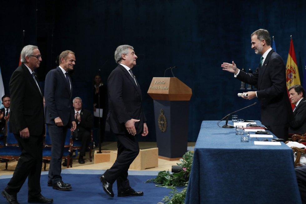 El rey Felipe VI entrega al presidente del Parlamento Europeo, Antonio Tajani (3i), junto al presidente de la Comisión Europea (CE), Jean-Claude Juncker (i), y el presidente del Consejo Europeo, Donald Tusk (2i), el Premio Princesa de Asturias 2017 de la Concordia otorgado a la Unión Europea, en la ceremonia de entrega de los galardones, hoy en el Teatro Campoamor.