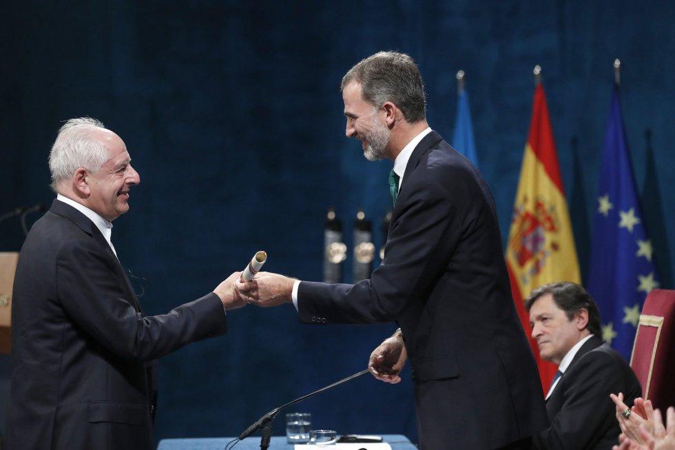 El rey Felipe entrega al artista sudafricano William Kentridge, el Premio Princesa de Asturias 2017 de Las Artes, durante la ceremonia de entrega de los galardones, hoy en el Teatro Campoamor de Oviedo