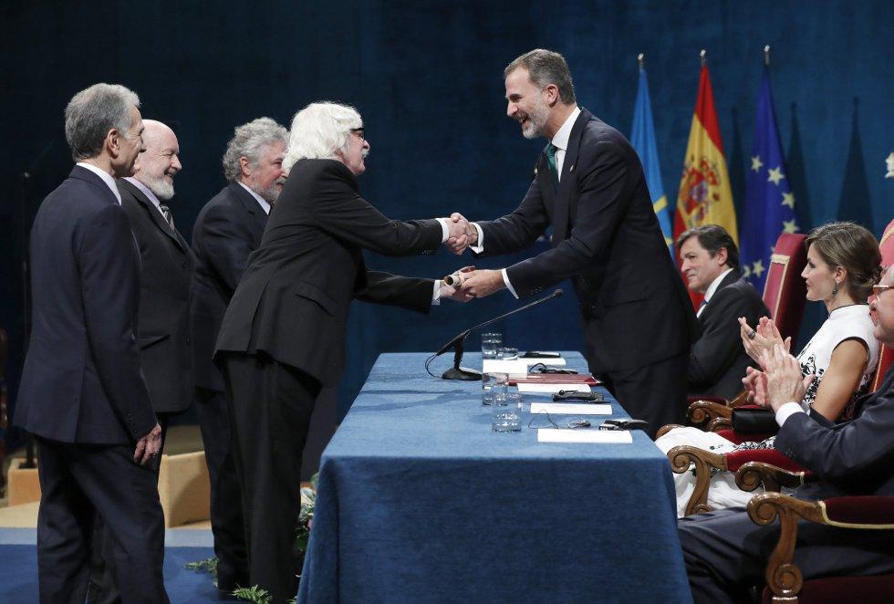 GRA108. OVIEDO, 20/10/2017.- El rey Felipe entrega a los componentes de Les Luthiers, el Premio Princesa de Asturias 2017 de la Comunicación y Humanidades, durante la ceremonia de entrega de los galardones, hoy en el Teatro Campoamor de Oviedo