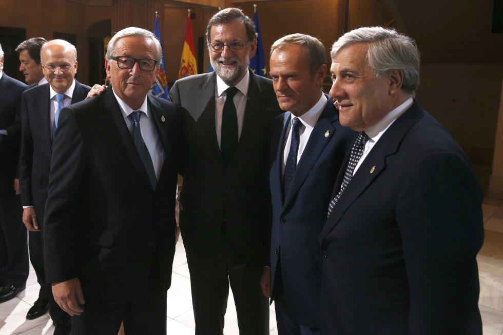 El presidente del Gobierno, Mariano Rajoy (2i), junto a los presidentes de la Comisión Europea (CE), Jean-Claude Juncker (i), el Consejo Europeo, Donald Tusk (2d); y del Parlamento Europeo, Antonio Tajani (d), a su llegada a la ceremonia de entrega de los Premios Princesa de Asturias 2017, hoy en el Teatro Campoamor de Oviedo.