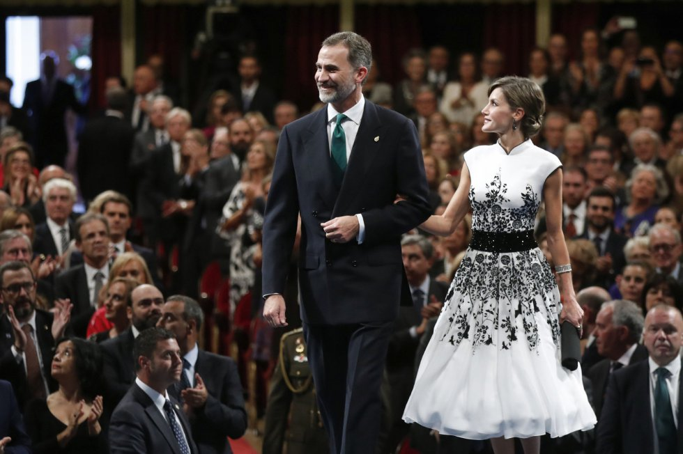 Los reyes Felipe y Letizia junto al inicio de la ceremonia de entrega de los premios Princesa de Asturias 2017, hoy en el Teatro Campoamor de Oviedo.