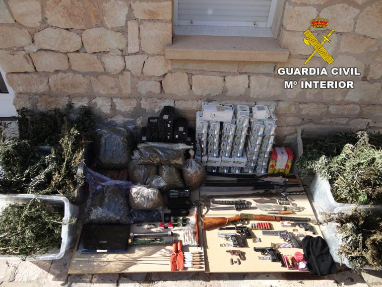 Material decomisado por la Guardia Civil en Agost