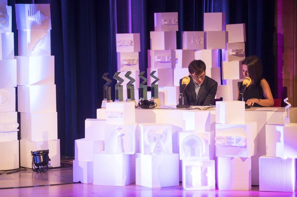 """Ainhoa Apestegui y Ricardo Rodríguez en su """"estudio"""" radiofónico en el escenario de la gala, desde donde hicieron las presentaciones de los premiados."""