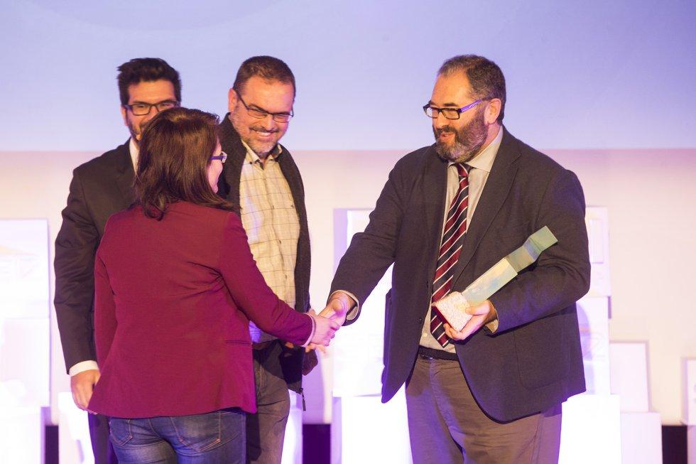 Antonio H. Rodicio entregando uno de los premios SERenidade.