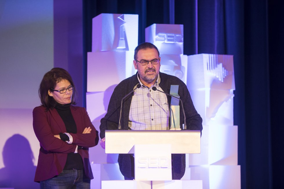 Miguel Fernández, del Foro Galega da Inmigración, en su discurso de agradecimiento, acompañado por Miriam Fernández.