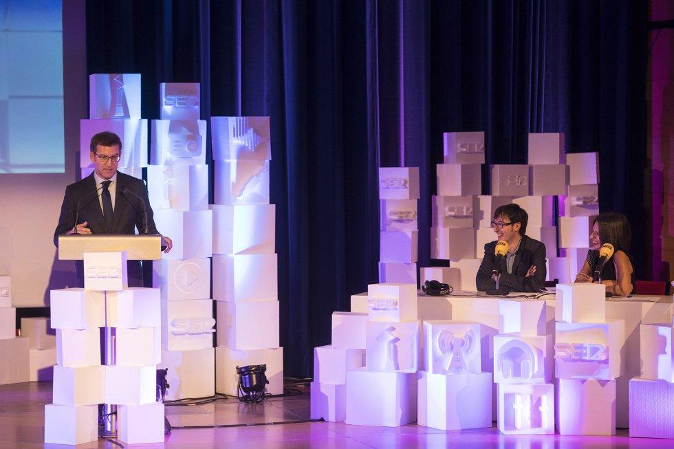 """El Presidente Feijóo en su discurso, junto al """"estudio"""" con Richi y Ainhoa."""