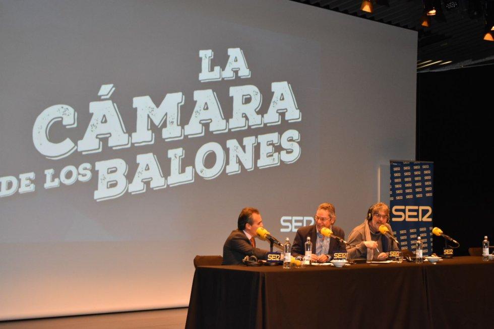 De izquierda a derecha, Rafael Herrador, director territorial de CaixaBank; Salomón Hachuel y José Guerrerro 'Yuyu'