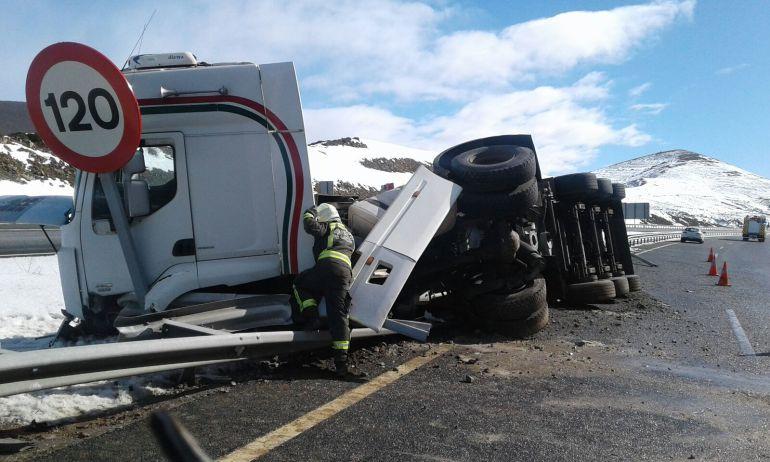 Vuelco de un camión de cemento en la autovía A-67