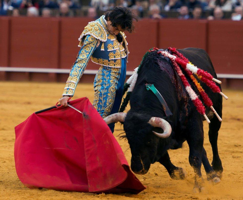 GRAF9332. SEVILLA, 08/04/2018.- El diestro Curro Díaz da un pase con la muleta al segundo de su lote, durante la segunda corrida de abono de la Feria de Abril celebrada esta tarde en la plaza de toros de la Maestranza, en Sevilla. EFE/Raúl Caro