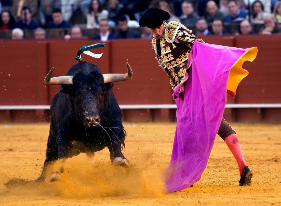 GRAF9336. SEVILLA, 08/04/2018.- El diestro Pepe Moral da un pase con el capote al tercero de su lote, durante la segunda corrida de abono de la Feria de Abril celebrada esta tarde en la plaza de toros de la Maestranza, en Sevilla. EFE/Raúl Caro