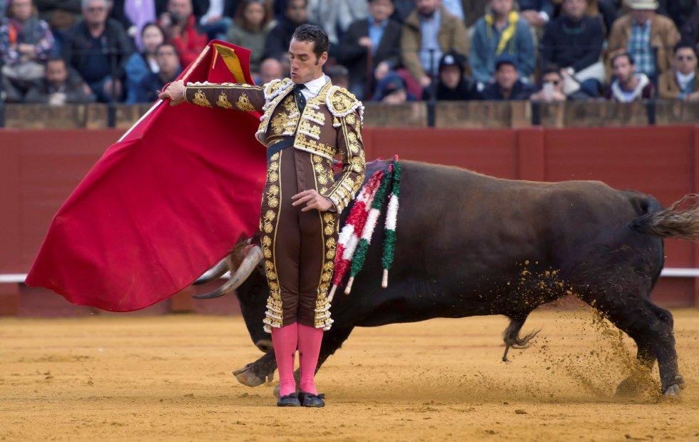 GRAF9326. SEVILLA, 08/04/2018.- El diestro Pepe Moral da un pase con la muleta al segundo de su lote, durante la segunda corrida de abono de la Feria de Abril celebrada esta tarde en la plaza de toros de la Maestranza, en Sevilla. EFE/Raúl Caro