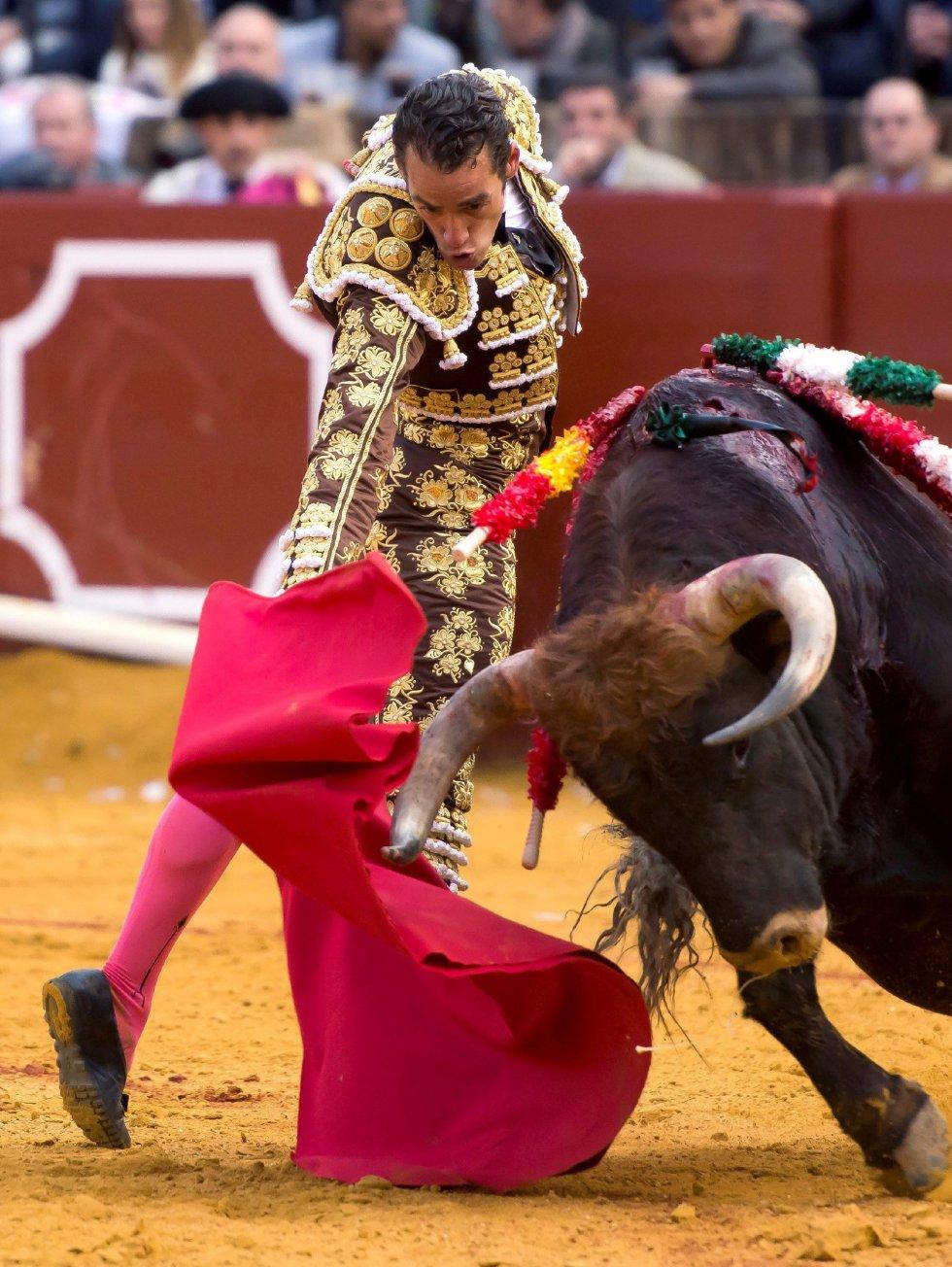 GRAF9327. SEVILLA, 08/04/2018.- El diestro Pepe Moral da un pase con la muleta al segundo de su lote, durante la segunda corrida de abono de la Feria de Abril celebrada esta tarde en la plaza de toros de la Maestranza, en Sevilla. EFE/Raúl Caro