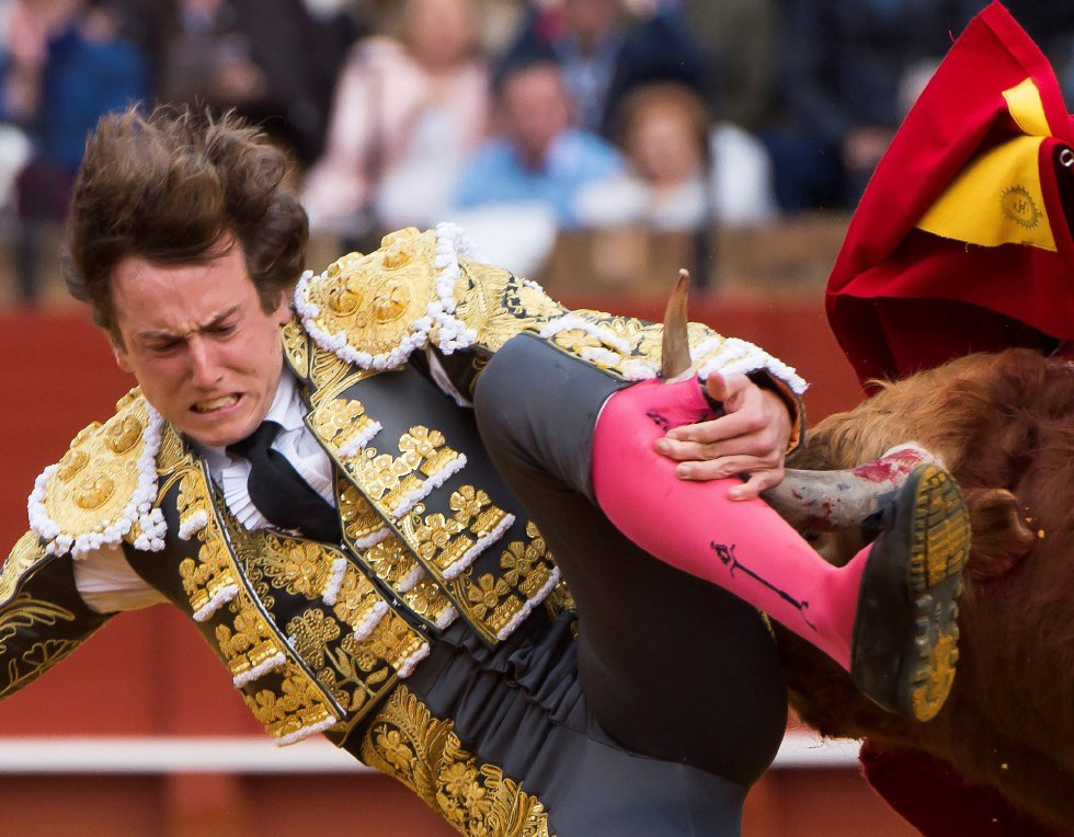 GRAF9272. SEVILLA, 08/04/2018.- El diestro Román en la lidia al primero de su lote, durante la segunda corrida de abono de la Feria de Abril celebrada esta tarde en la plaza de toros de la Maestranza, en Sevilla. EFE/Raúl Caro