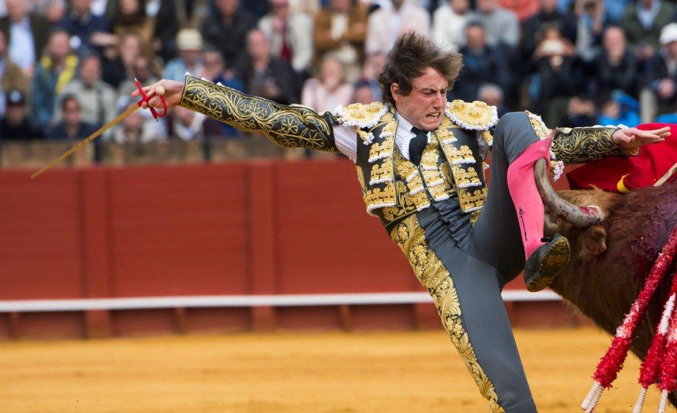 GRAF9270. SEVILLA, 08/04/2018.- El diestro Román en la lidia al primero de su lote, durante la segunda corrida de abono de la Feria de Abril celebrada esta tarde en la plaza de toros de la Maestranza, en Sevilla. EFE/Raúl Caro