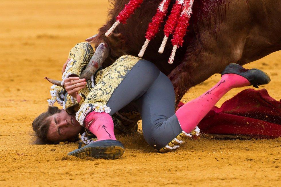 GRAF9273. SEVILLA, 08/04/2018.- El diestro Román en la lidia al primero de su lote, durante la segunda corrida de abono de la Feria de Abril celebrada esta tarde en la plaza de toros de la Maestranza, en Sevilla. EFE/Raúl Caro