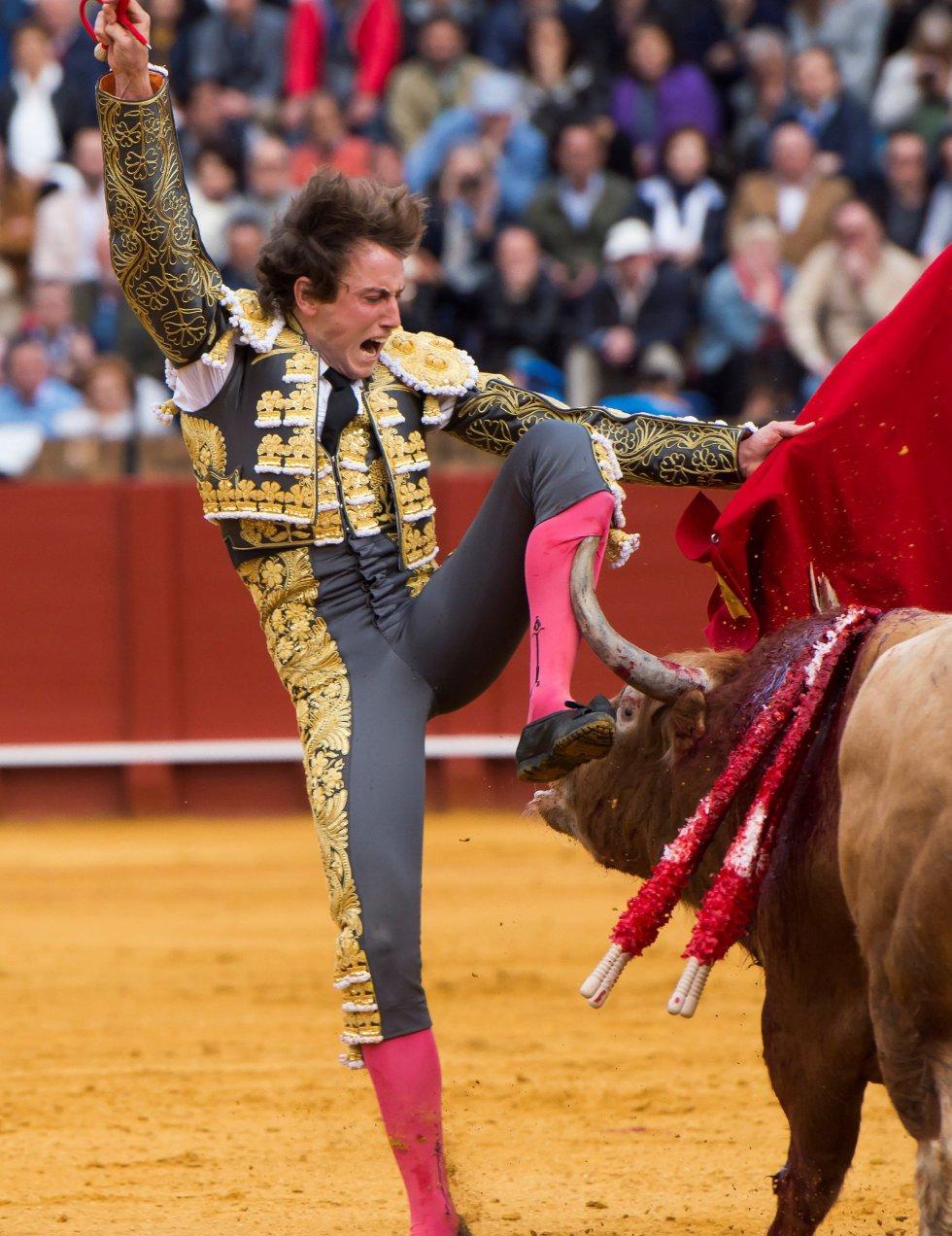 GRAF9271. SEVILLA, 08/04/2018.- El diestro Román en la lidia al primero de su lote, durante la segunda corrida de abono de la Feria de Abril celebrada esta tarde en la plaza de toros de la Maestranza, en Sevilla. EFE/Raúl Caro