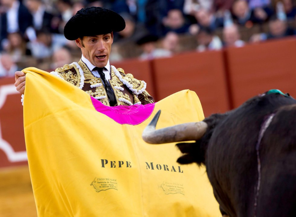GRAF9246. SEVILLA, 08/04/2018.- El diestro Pepe Moral en la lidia al primero de su lote, durante la segunda corrida de abono de la Feria de Abril celebrada esta tarde en la plaza de toros de la Maestranza, en Sevilla. EFE/Raúl Caro
