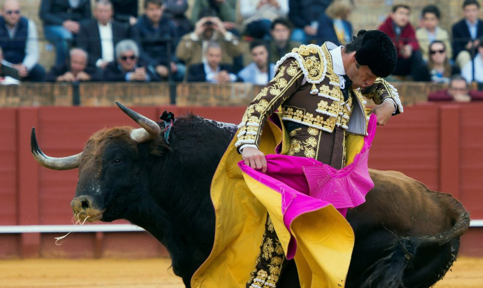 GRAF9206. SEVILLA, 08/04/2018.- El diestro Curro Díaz da un pase con el capote al primero de su lote, durante la segunda corrida de abono celebrada esta tarde en la plaza de toros de la Maestranza, en Sevilla. EFE/Raúl Caro