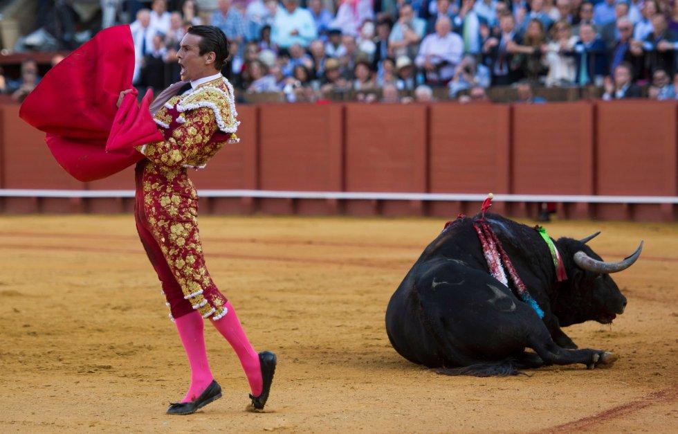 GRAF6110. SEVILLA, 17/04/2018.- El diestro José María Manzanares celebra su victoria ante su primer toro de la tarde de la novena corrida de abono de la Plaza de la Maestranza de Sevilla. EFE/Raúl Caro