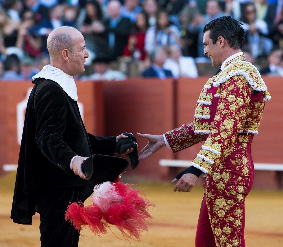 GRAF6111. SEVILLA, 17/04/2018.- El diestro José María Manzanares recibe dos orejas en su primer toro de la tarde de la novena corrida de abono de la Plaza de la Maestranza de Sevilla. EFE/Raúl Caro