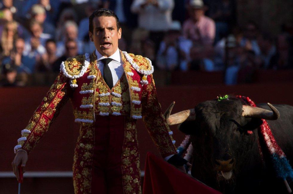 GRAF6106. SEVILLA, 17/04/2018.- El diestro francés José María Manzanares da un pase a su primer toro de la tarde de la novena corrida de abono de la Plaza de la Maestranza de Sevilla. EFE/Raúl Caro
