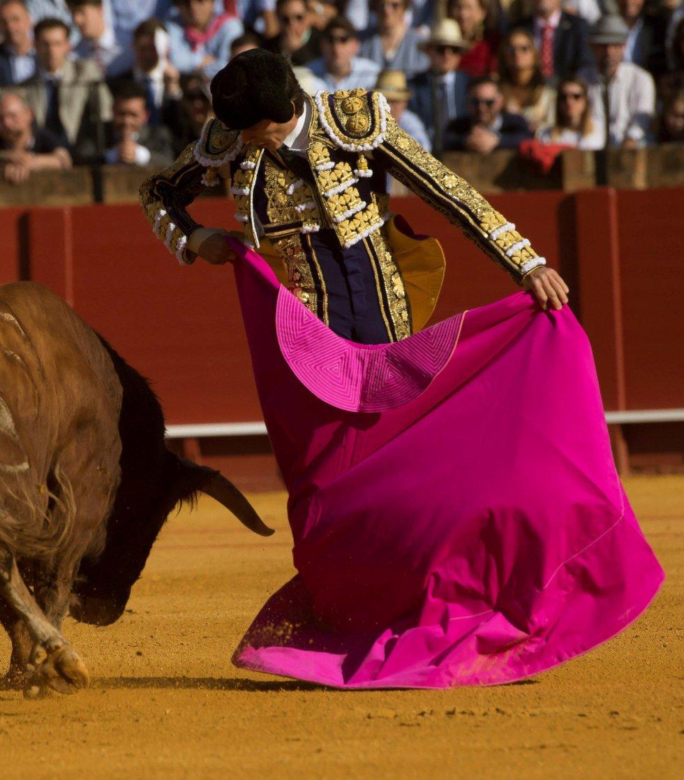 GRAF6072. SEVILLA, 17/04/2018.- El diestro francés Sebastián Castella da un pase a su primer toro de la tarde de la novena corrida de abono de la Plaza de la Maestranza de Sevilla. EFE/Raúl Caro