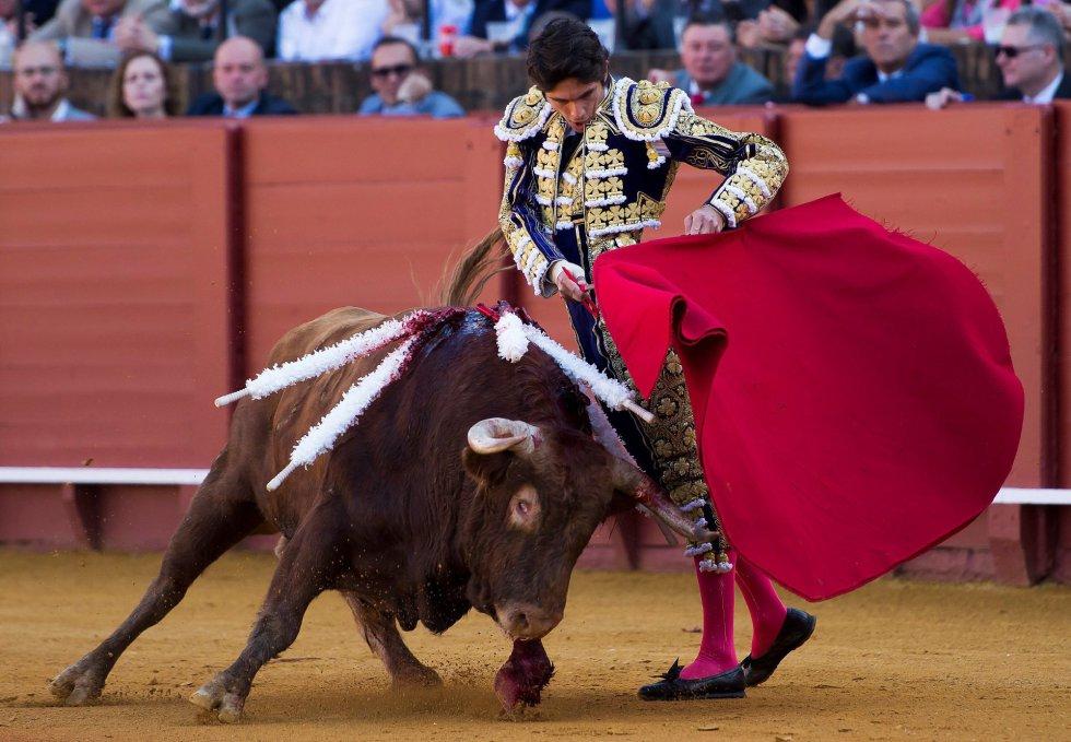 GRAF6077. SEVILLA, 17/04/2018.- El diestro francés Sebastián Castella da un pase a su primer toro de la tarde de la novena corrida de abono de la Plaza de la Maestranza de Sevilla. EFE/Raúl Caro