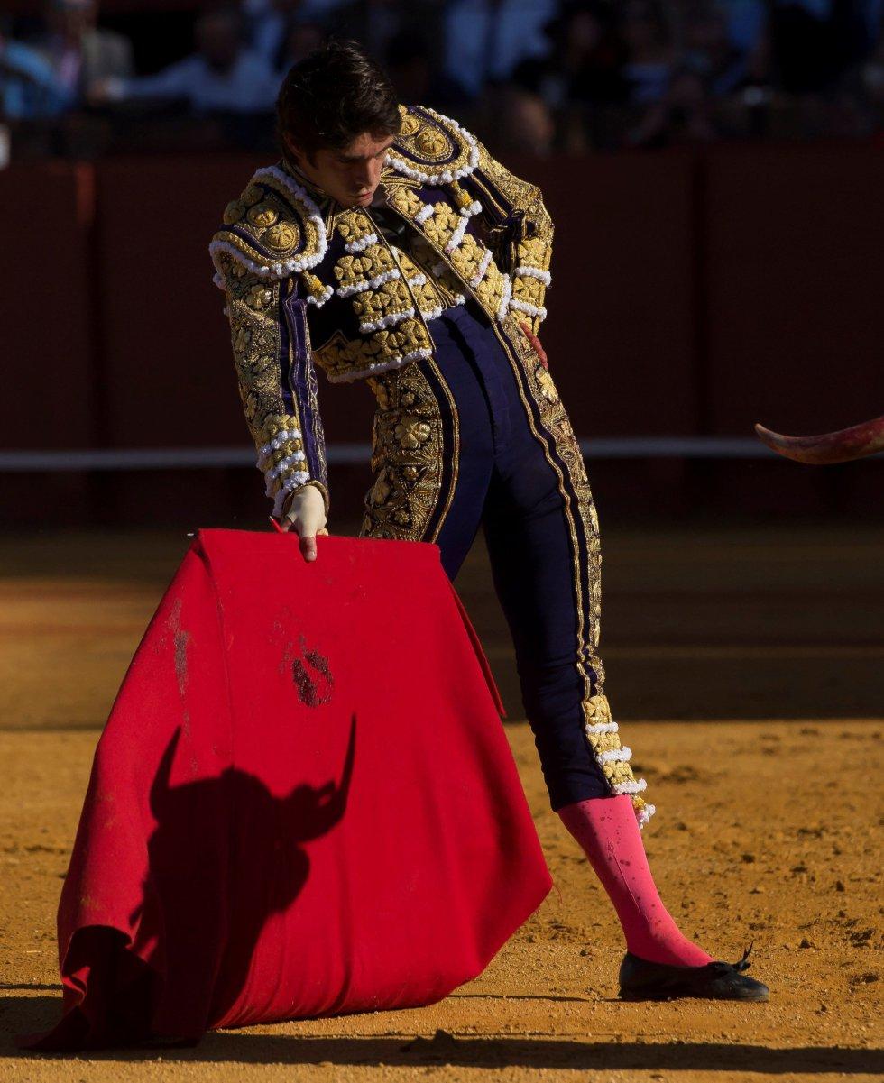GRAF6082. SEVILLA, 17/04/2018.- El diestro francés Sebastián Castella da un pase a su primer toro de la tarde de la novena corrida de abono de la Plaza de la Maestranza de Sevilla. EFE/Raúl Caro