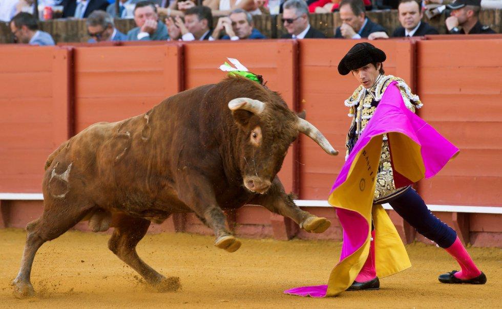 GRAF6074. SEVILLA, 17/04/2018.- El diestro francés Sebastián Castella da un pase a su primer toro de la tarde de la novena corrida de abono de la Plaza de la Maestranza de Sevilla. EFE/Raúl Caro