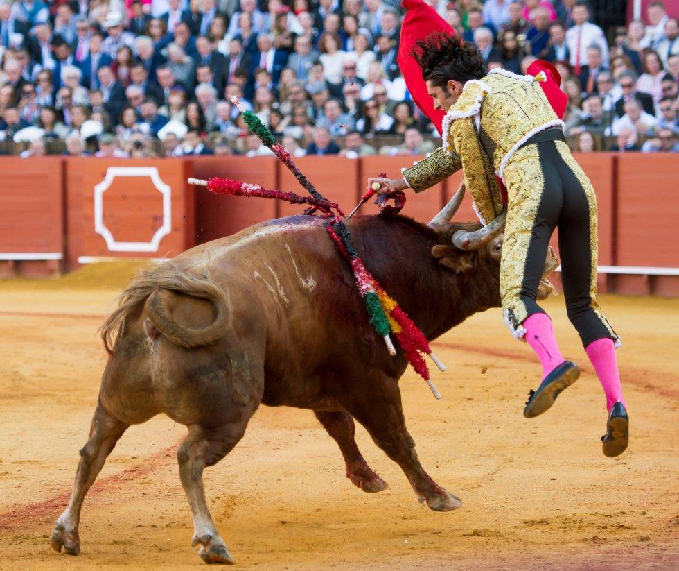 GRAF6148. SEVILLA, 17/04/2018.- El diestro Alejandro Talavante da un pase a su primer toro de la tarde de la novena corrida de abono de la Plaza de la Maestranza de Sevilla. EFE/Raúl Caro