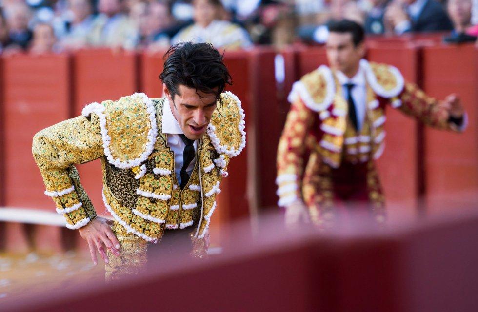 GRAF6150. SEVILLA, 17/04/2018.- El diestro Alejandro Talavante tras ser golpeado en el estómago por su primer toro de la tarde de la novena corrida de abono de la Plaza de la Maestranza de Sevilla. EFE/Raúl Caro