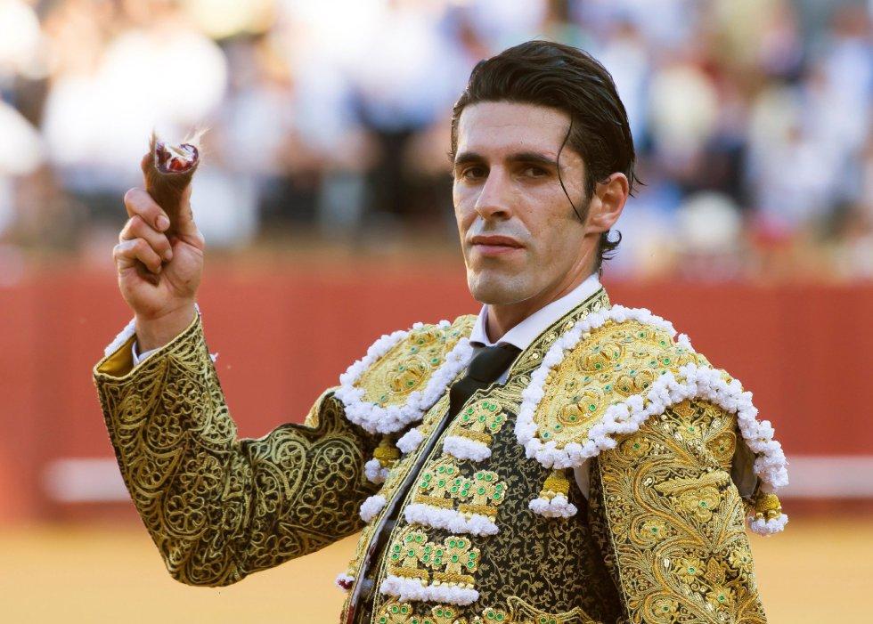 GRAF6149. SEVILLA, 17/04/2018.- El diestro Alejandro Talavante consigue una oreja en su primer toro de la tarde de la novena corrida de abono de la Plaza de la Maestranza de Sevilla. EFE/Raúl Caro