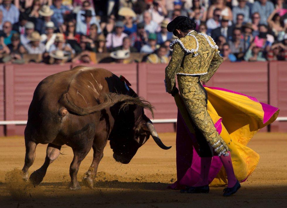GRAF6147. SEVILLA, 17/04/2018.- El diestro Alejandro Talavante da un pase a su primer toro de la tarde de la novena corrida de abono de la Plaza de la Maestranza de Sevilla. EFE/Raúl Caro