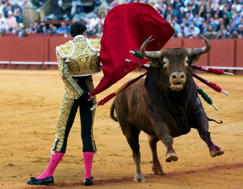 GRAF6152. SEVILLA, 17/04/2018.- El diestro Alejandro Talavante da un pase a su primer toro de la tarde de la novena corrida de abono de la Plaza de la Maestranza de Sevilla. EFE/Raúl Caro
