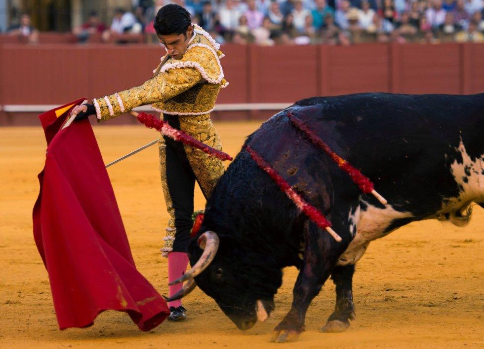 GRAF6233. SEVILLA, 17/04/2018.- El diestro Alejandro Talavante da un pase a su segundo toro de la tarde de la novena corrida de abono de la Plaza de la Maestranza de Sevilla. EFE/Raúl Caro