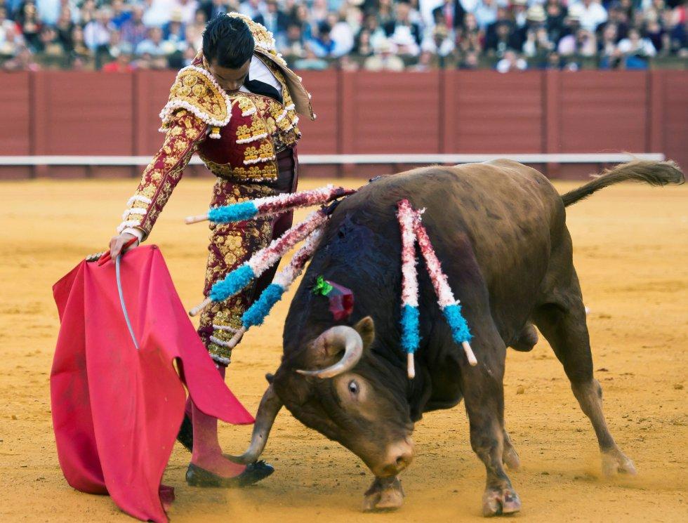 GRAF6234. SEVILLA, 17/04/2018.- El diestro José María Manzanares da un pase a su segundo toro de la tarde de la novena corrida de abono de la Plaza de la Maestranza de Sevilla. EFE/Raúl Caro