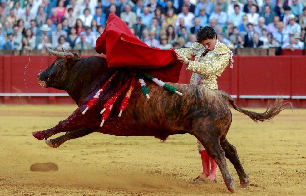 GRAF7846. SEVILLA, 19/04/2018.- El torero peruano Roca Rey en la faena con la muleta a su segundo toro de la ganadería de Jandilla en la decimoprimera corrida de abono de la Feria de Abril esta tarde en la Real Maestranza de Sevilla. EFE/Julio Muñoz