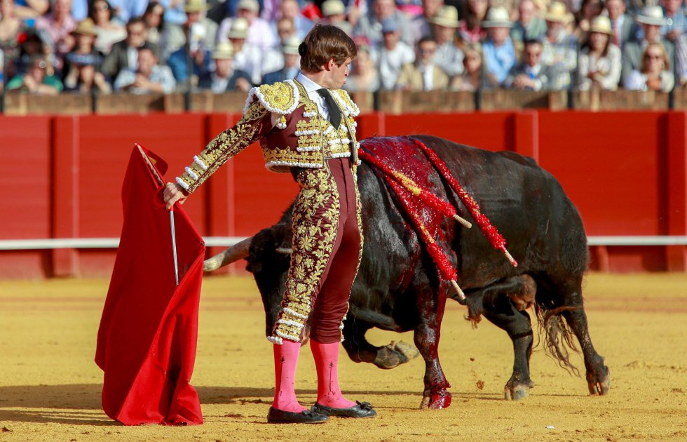 """GRAF7818. SEVILLA, 19/04/2018.- El torero Julían López """"El Juli"""" en la faena con la muleta a su primer toro de la ganadería de Jandilla en la decimoprimera corrida de abono de la Feria de Abril esta tarde en la Real Maestranza de Sevilla. EFE/Julio Muñoz"""
