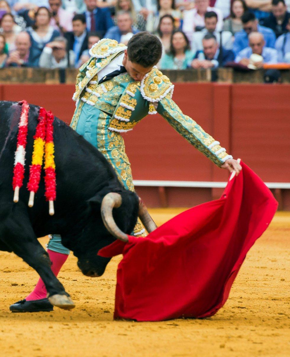 GRAF8526. SEVILLA, 20/04/2018.- El diestro Ginés Marín da un pase a su primer toro de la tarde de la duodécima corrida de abono de la Plaza de la Maestranza de Sevilla. EFE/Raúl Caro