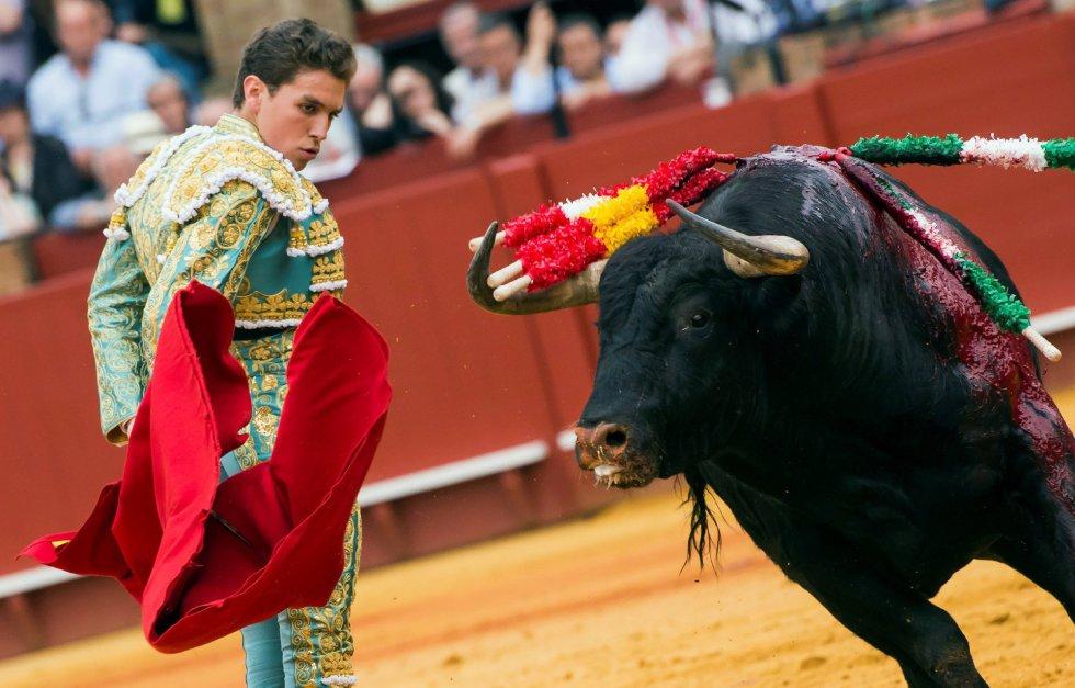 GRAF8527. SEVILLA, 20/04/2018.- El diestro Ginés Marín da un pase a su primer toro de la tarde de la duodécima corrida de abono de la Plaza de la Maestranza de Sevilla. EFE/Raúl Caro